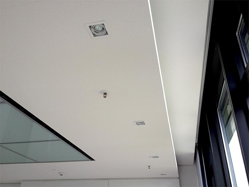 Decke mit integrierten Spots und Rauchmelder